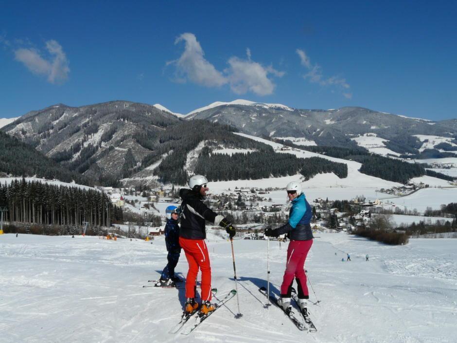 Sie sehen Skifahrer auf der Piste im Familienskigebiet Gaal. JUFA Hotels bietet erholsamen Familienurlaub und einen unvergesslichen Winterurlaub.