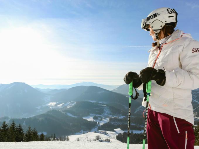 Sie sehen eine Skifahrerin im Skigebiet Annaberg. JUFA Hotels bietet erholsamen Familienurlaub und einen unvergesslichen Winterurlaub.
