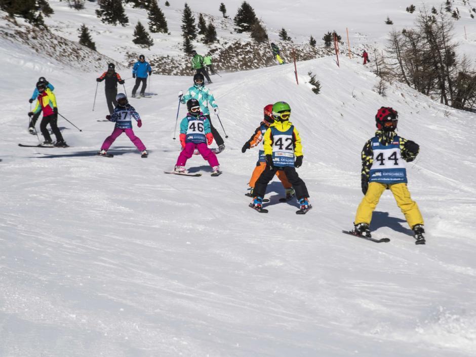 Skigebiet Katschberg mit Kinderskikurs mit Starnummern. In der Nähe des JUFA Hotel Lungau. Der Ort für erholsamen Familienurlaub und einen unvergesslichen Winterurlaub.