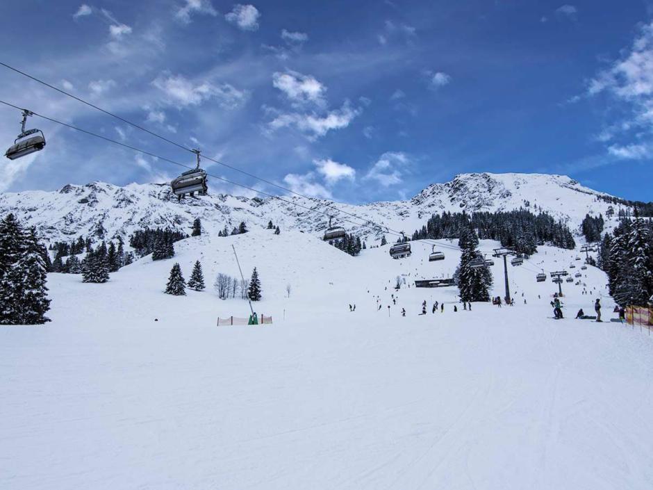 Sie sehen einen Skilift im Skigebiet Oberjoch