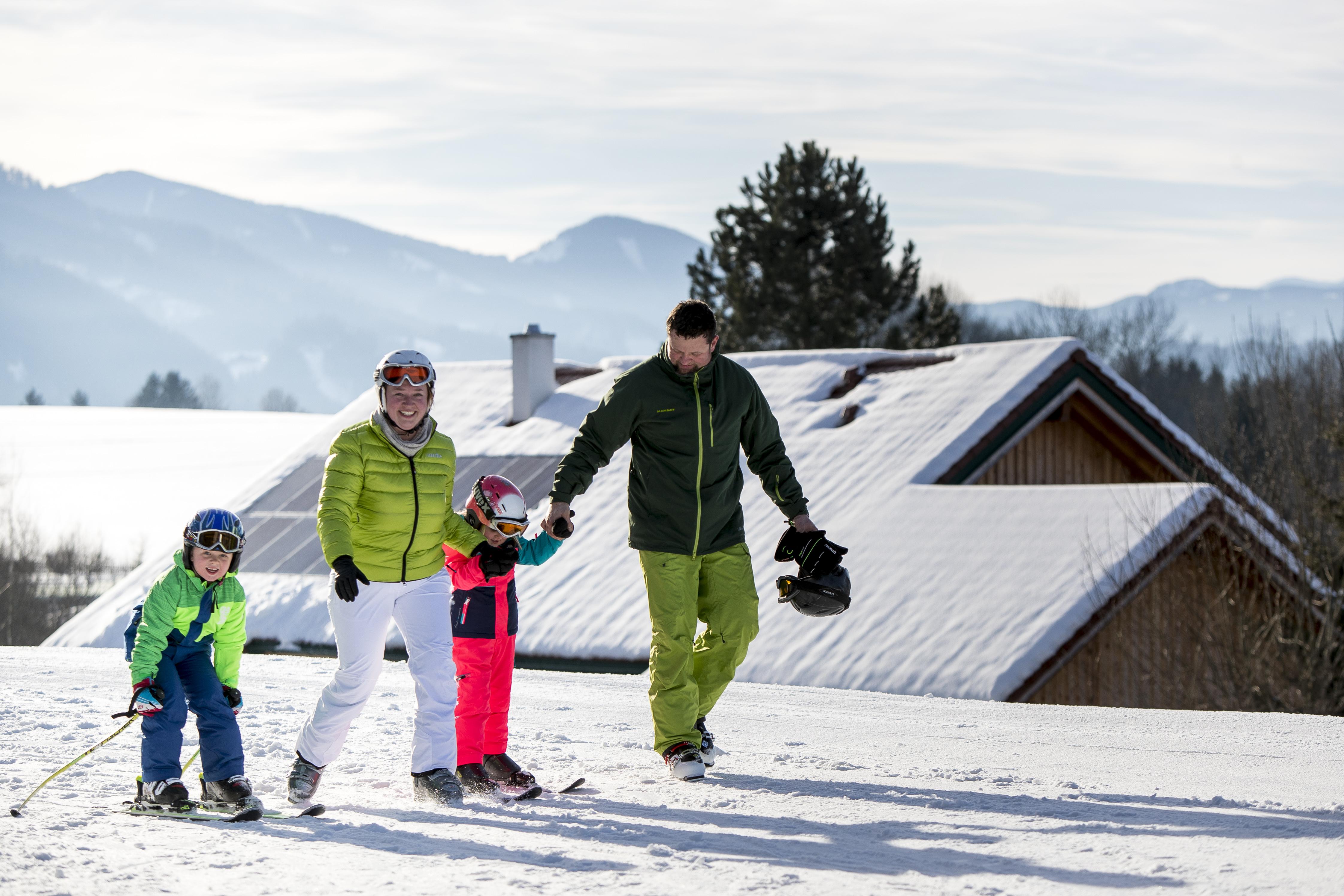 Sie sehen Skifahrer im Skigebiet Schwabenbergarena Turnau. JUFA Hotels bietet erholsamen Familienurlaub und einen unvergesslichen Winterurlaub.