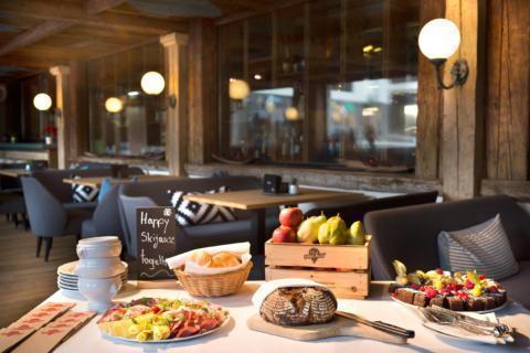Sie sehen eine Skijause auf der Terrasse des JUFA Alpenhotel Saalbach****. Der Ort für erholsamen Familienurlaub und einen unvergesslichen Winterurlaub.