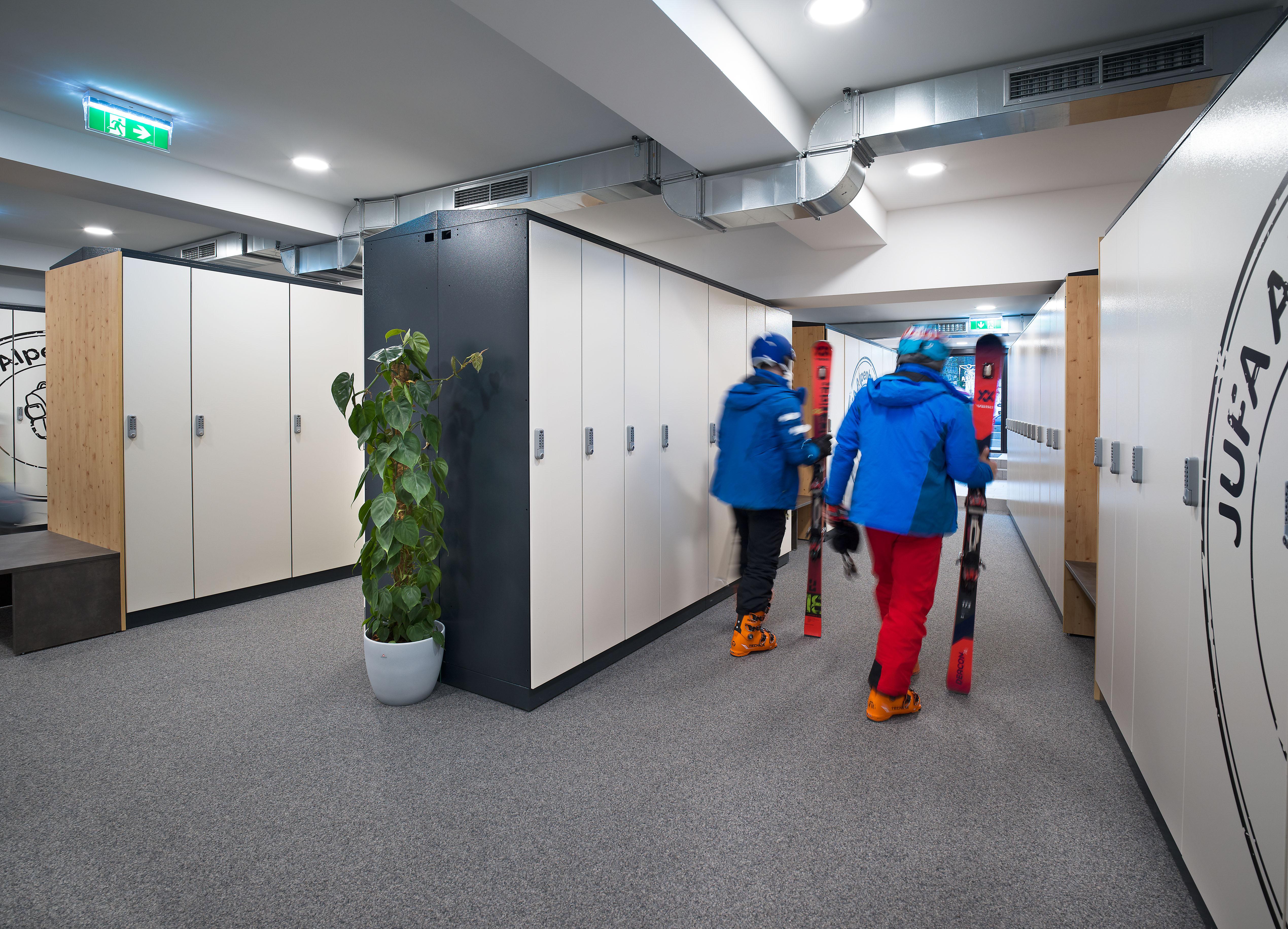 Sie sehen Skifahrer im Skikeller des JUFA Alpenhotel Saalbach****. Der Ort für erholsamen Familienurlaub und einen unvergesslichen Winterurlaub.