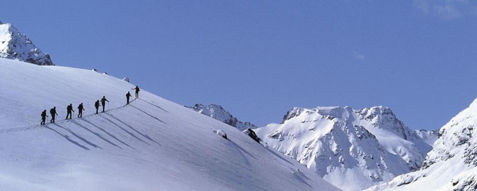 Erwachsene beim Skitourengehen im Wipptal in Tirol. JUFA Hotels bietet erholsamen Familienurlaub und einen unvergesslichen Winterurlaub.