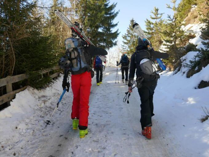 Sie sehen Skitourengeher im Wipptal im Winter. JUFA Hotels bietet erholsamen Familienurlaub und einen unvergesslichen Winterurlaub.