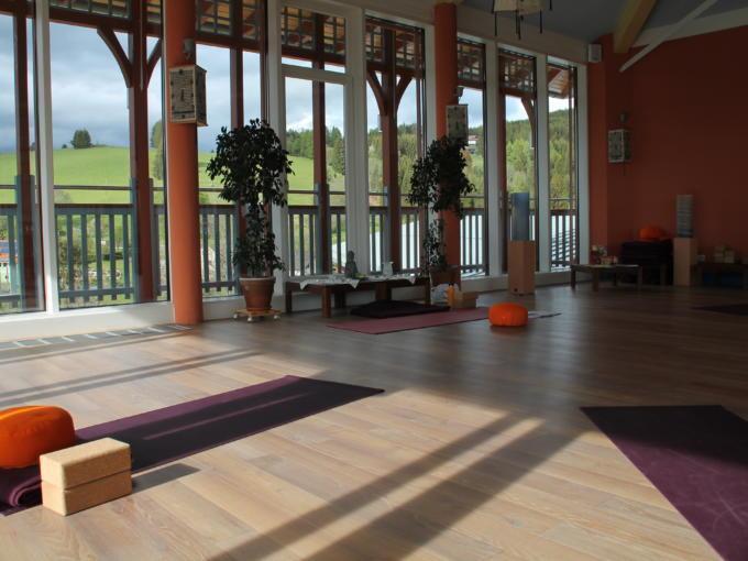 Sie sehen den Sonnengrußraum im JUFA Hotel Knappenberg mit Yoga-Matten. JUFA Hotels bietet erholsamen Familienurlaub und einen unvergesslichen Winter- und Wanderurlaub.