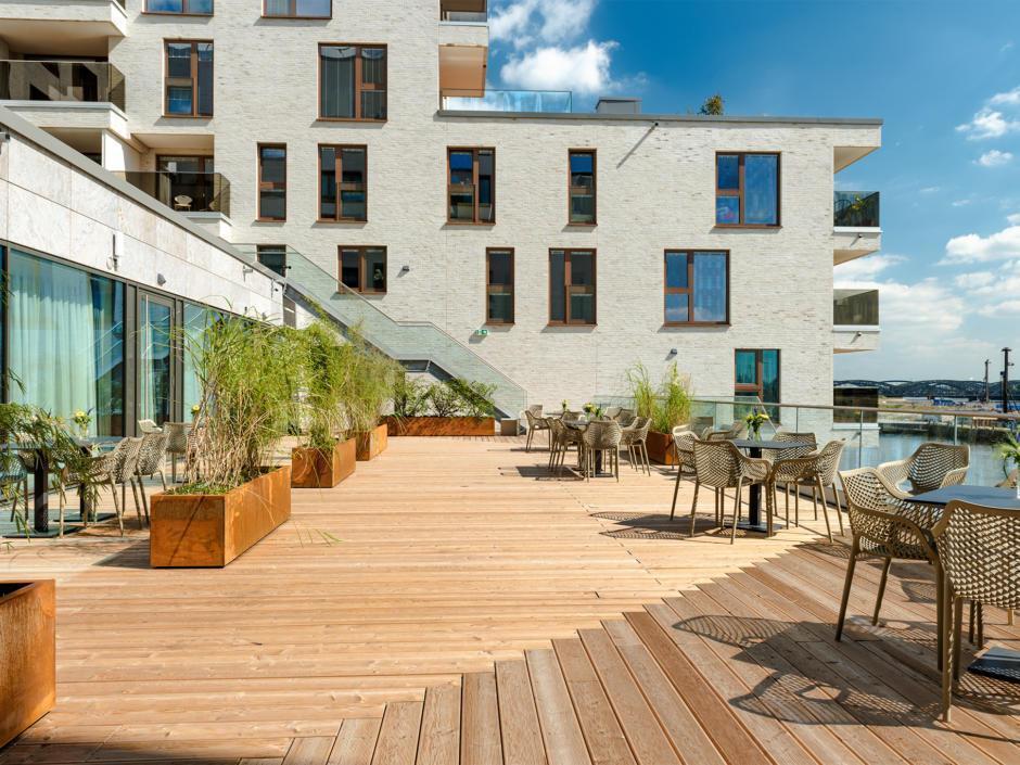 Sie sehen die gemütliche Sonnenterrasse im JUFA Hotel Hamburg HafenCity mit Elblick. JUFA Hotels bietet den Ort für erfolgreiche und kreative Seminare in abwechslungsreichen Regionen.