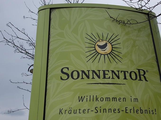 Sie sehen das Schild der Sonnentor Kräuter-Sinnes-Erlebnis-Ausstellung in Sprögnitz. JUFA Hotels bieten erholsamen Familienurlaub und einen unvergesslichen Winter- und Wanderurlaub.