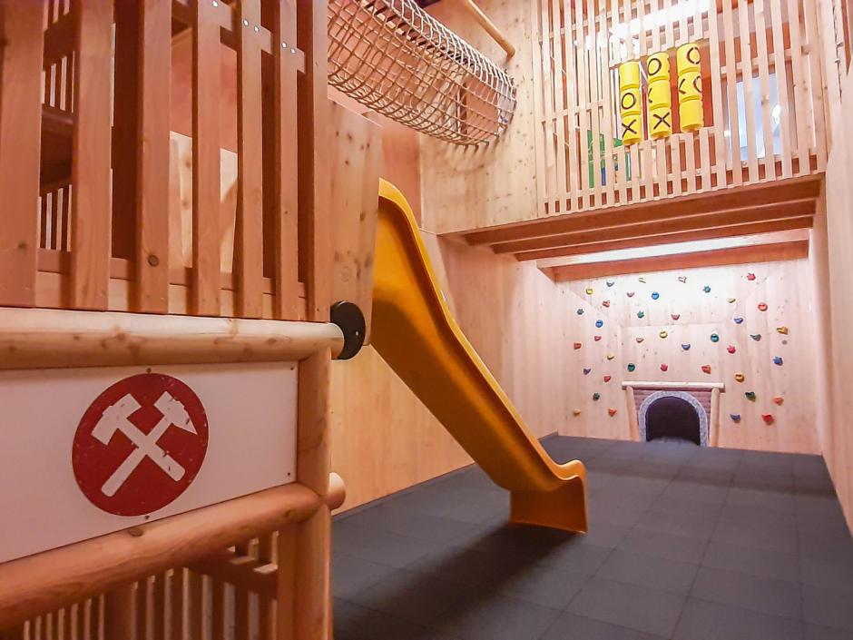 Sie sehen den brandneuen Spielbereich im JUFA Hotel Altaussee zum Thema Salz. JUFA Hotels bietet erholsamen Familienurlaub und einen unvergesslichen Sommer- oder Winterurlaub.
