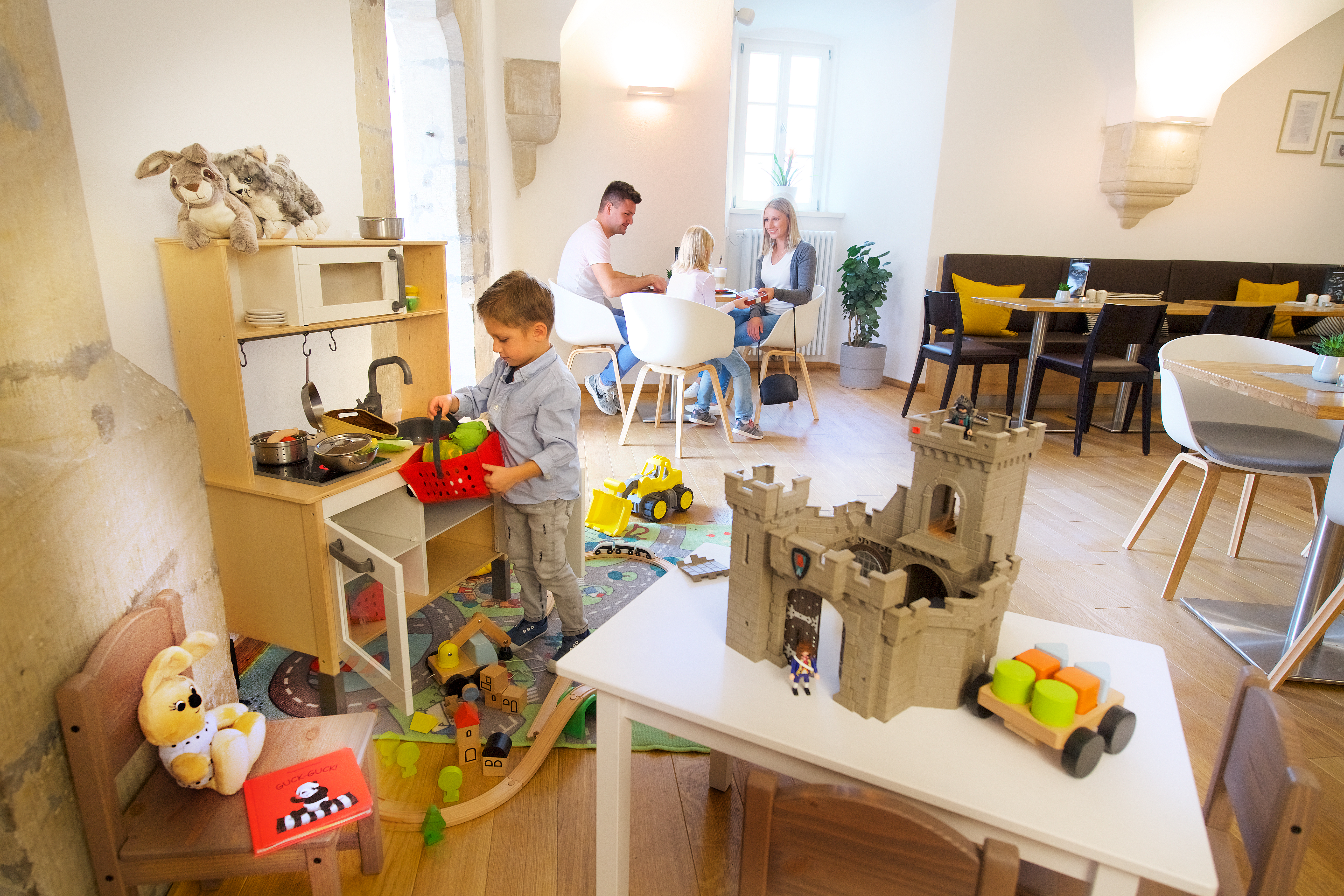 iSie sehen den Spielbereich mit Spielzeugburg im JUFA Hotel Kronach – Festung Rosenberg***. Der Ort für kinderfreundlichen und erlebnisreichen Urlaub für die ganze Familie.