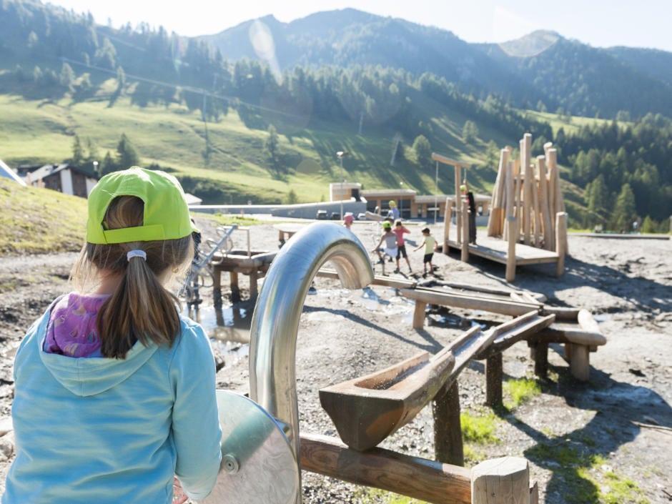 Sie sehen den Malbuner Kinderspielplatz in Liechtenstein, der wenige Fußminuten vom JUFA Hotel Malbun – Alpin-Resort*** entfernt ist. JUFA Hotels bietet erholsamen Familienurlaub und einen unvergesslichen Wanderurlaub.