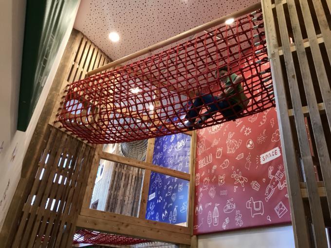 Sie sehen ein Kind im Spielzimmer des JUFA Alpenhotel Saalbach**** spielen. Der Ort für erlebnisreichen Natururlaub für die ganze Familie.
