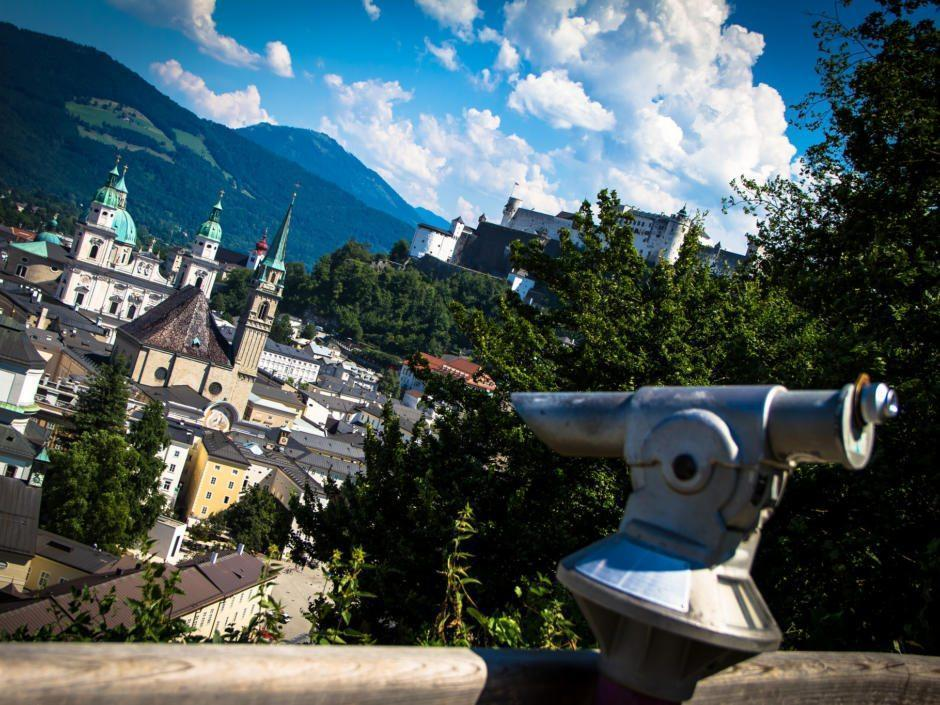 Die Stadtalm auf dem Mönchsberg bietet einen schönen Blick auf die Salzburger Altstadt vom Gastgarten aus.