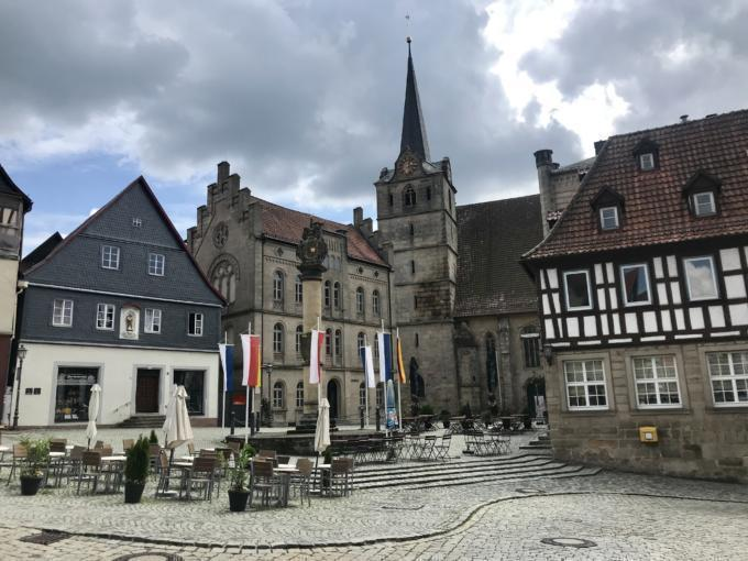 Sie sehen einen Stadtplatz von Kronach mit Kirche. JUFA Hotels bietet Ihnen den Ort für erlebnisreichen Natururlaub für die ganze Familie.