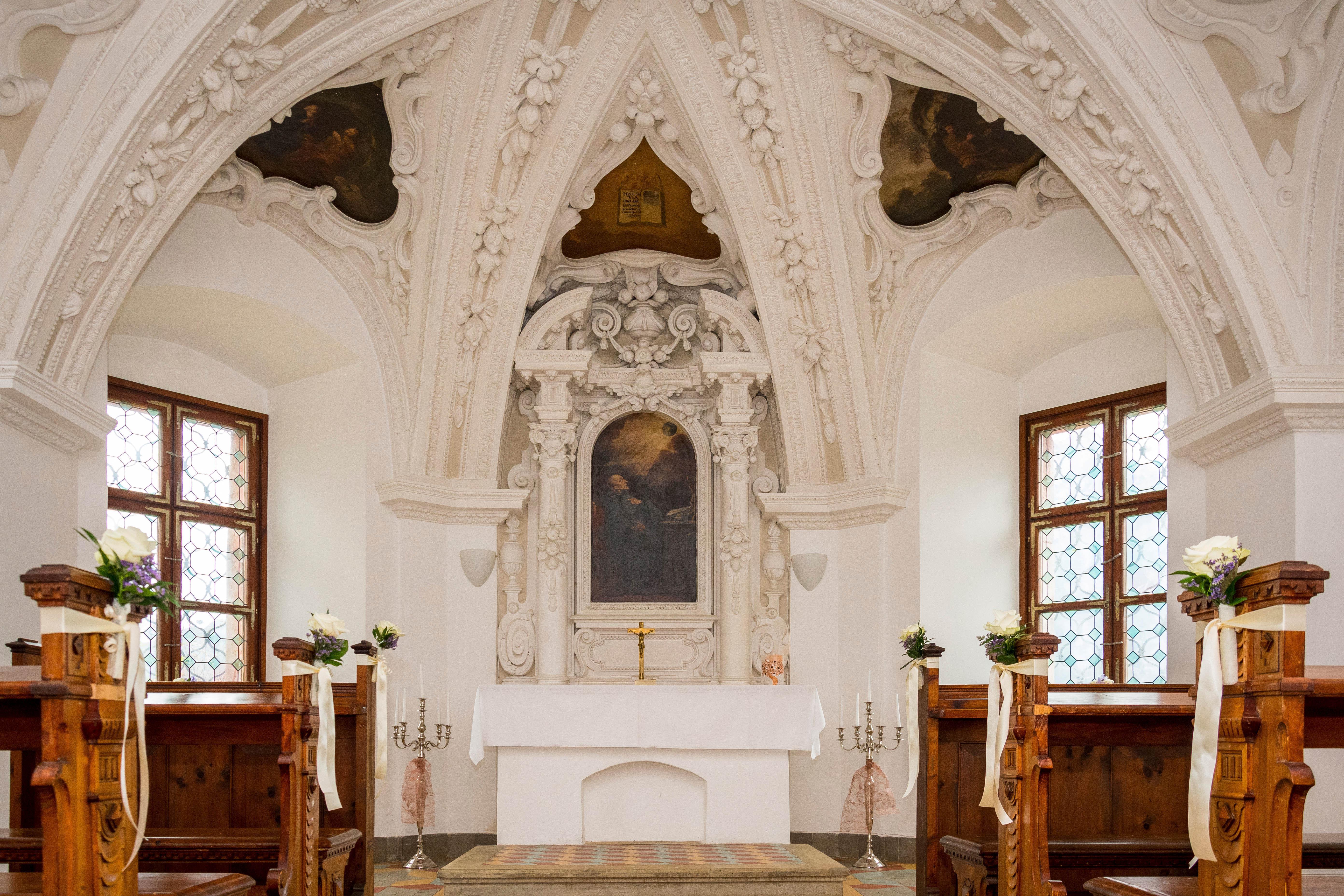 Sie sehen den Traualtar im Stift Admont in der Region Nationalpark Gesäuse. JUFA Hotels bietet Ihnen den idealen Ort für märchenhafte Hochzeiten.