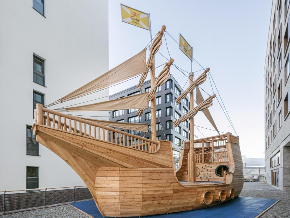 Sie sehen das Störtebeker Schiff mit hellbraunen Segeln vom JUFA Hotel Hamburg HafenCity. Der Ort für erlebnisreichen Städtetrip für die ganze Familie und der ideale Platz für Ihr Seminar.