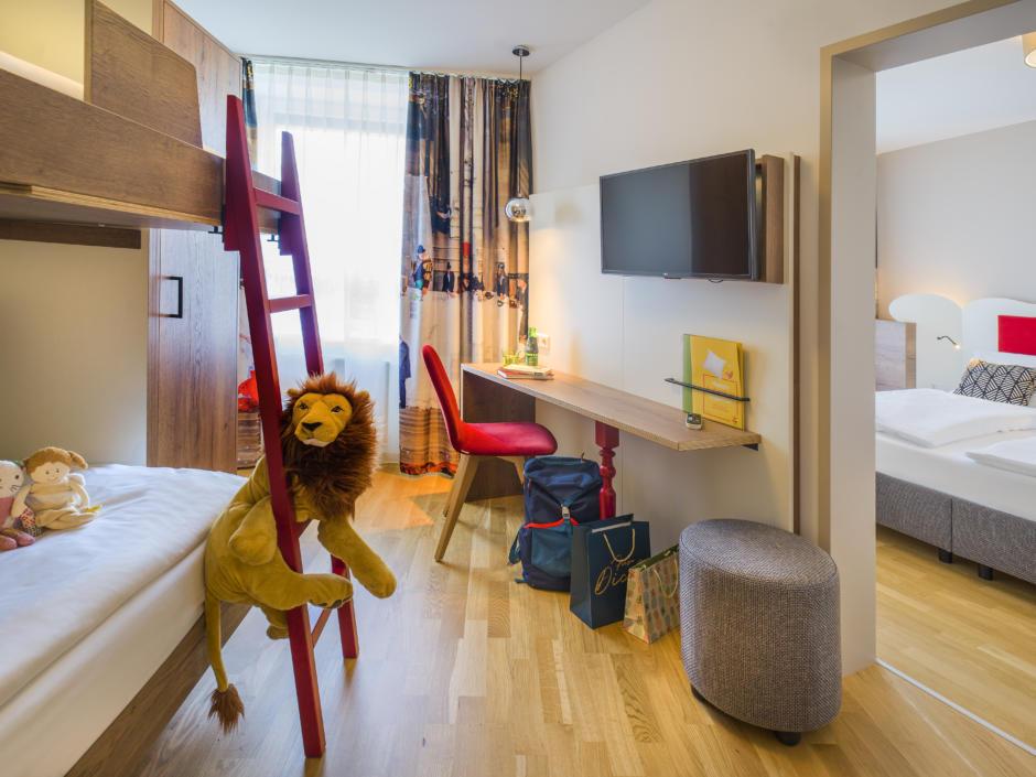 Sie sehen Suite4 mit Stockbetten im JUFA Hotel Salzburg City. Der Ort für erholsamen Familienurlaub und einen unvergesslichen Winter- und Wanderurlaub.