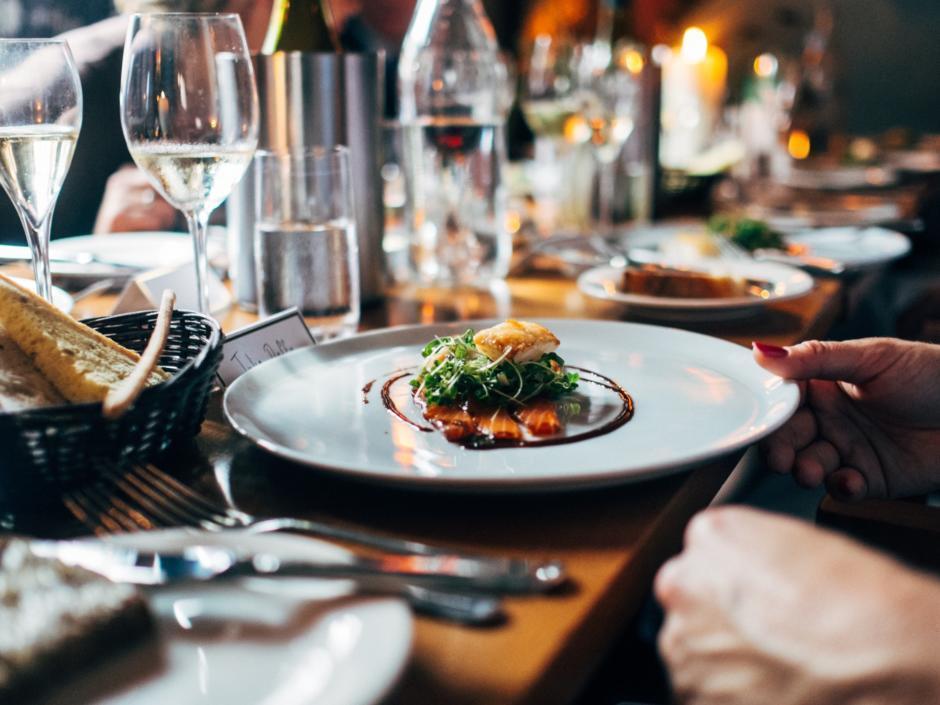 Nautisches Flair in einem Hamburger Restaurant ideal für Familien. Teller mit norddeutschen Spezialitäten und Gläsern ergänzen das Tischbild.