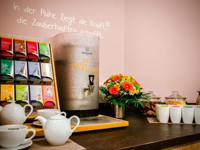 Sie sehen eine Teebar im JUFA Hotel Königswinter/Bonn. Der Ort für erlebnisreichen Städtetrip für die ganze Familie und der ideale Platz für Ihr Seminar.