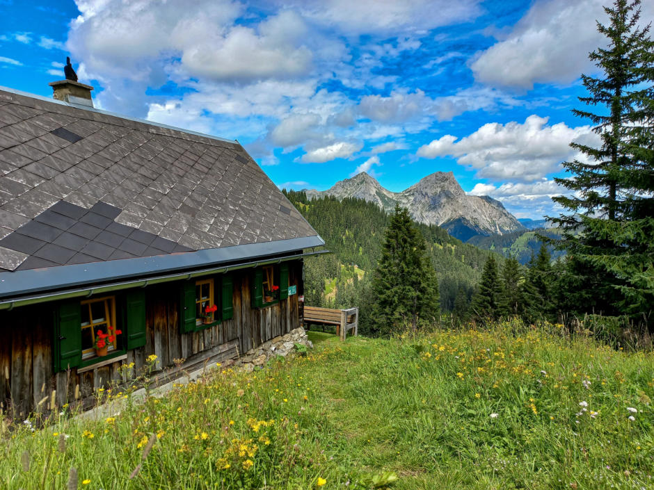 Sie sehen wunderschöne Landschaftsblicke über Eisenerz und den Erzberg hinweg. JUFA Hotels ist der Ort für erholsamen Familien- und Wanderurlaub.