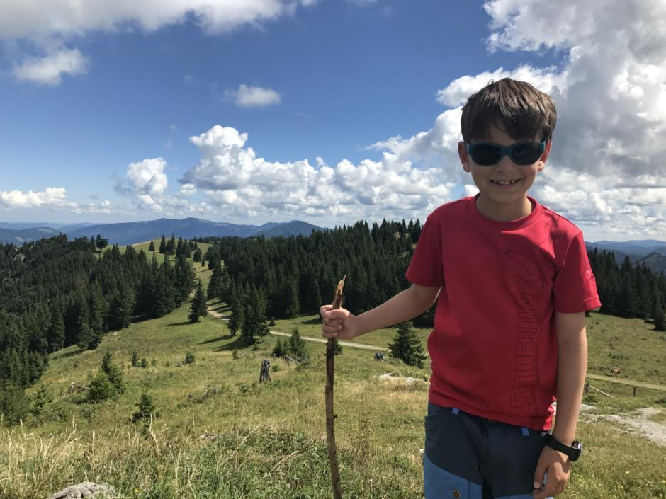 Ein Junge bei einem Ausflug auf den Tiroler Kogel in Niederösterreich. JUFA Hotels bietet Ihnen den Ort für erlebnisreichen Natururlaub für die ganze Familie.