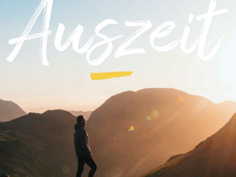 Sie sehen das Titelblatt des Auszeit Folder von JUFA Hotels. Der Ort für erlebnisreichen Natururlaub für die ganze Familie.