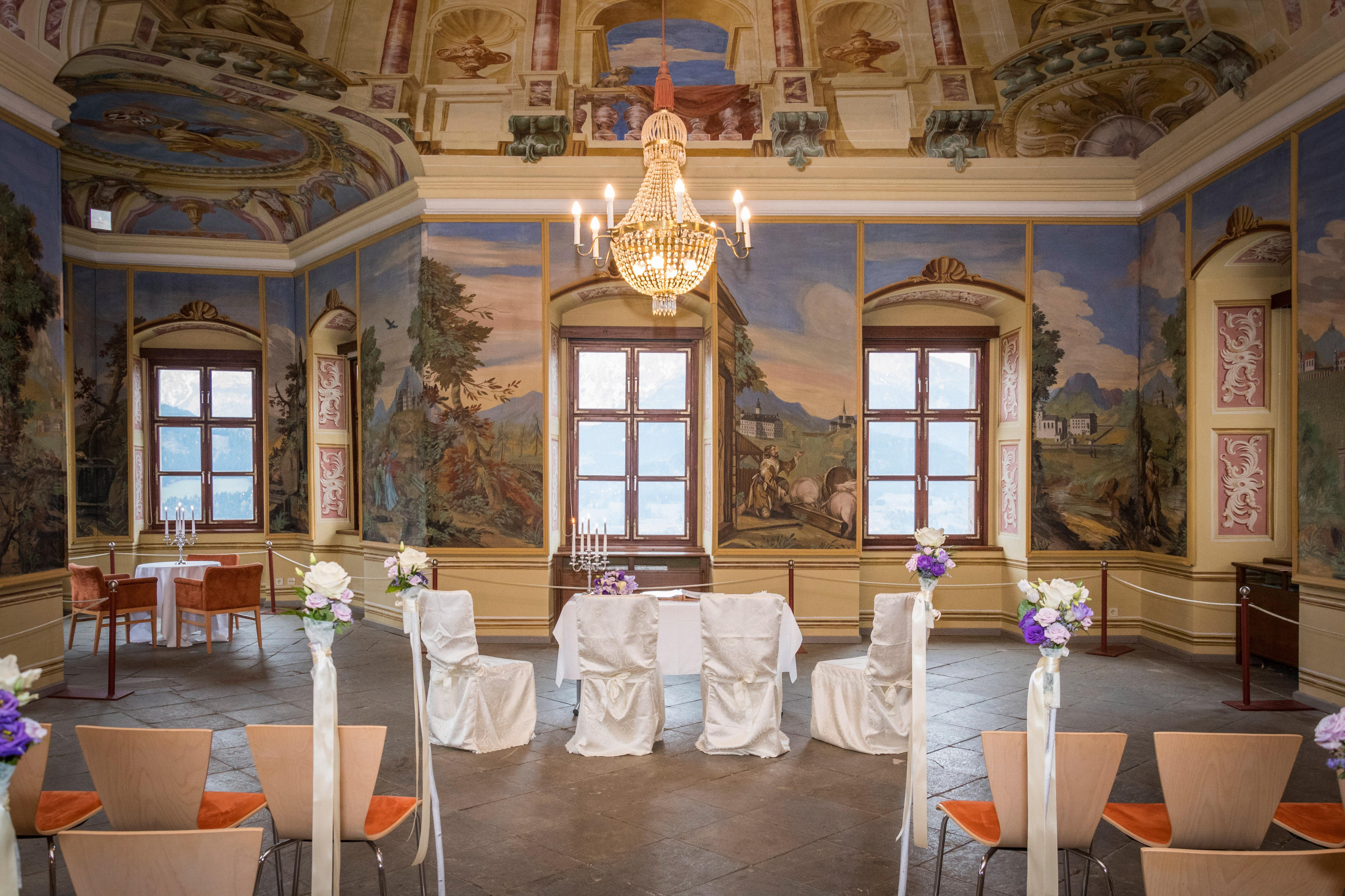 Sie sehen das Trauzimmer im Stift Admont in der Region Nationalpark Gesäuse. JUFA Hotels bietet Ihnen den idealen Ort für märchenhafte Hochzeiten.