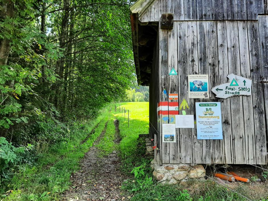 Sie sehen einen Teil einer Holzhütte am Weg zum Tremmelberg. JUFA Hotels bietet erholsamen Familienurlaub und einen unvergesslichen Winter- und Wanderurlaub.