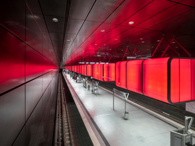 Sie sehen die U-Bahn Haltestation HafenCity Universität in Hamburg. JUFA Hotels bietet kinderfreundlichen und erlebnisreichen Urlaub für die ganze Familie.