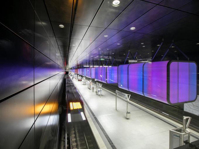Sie sehen die U-Bahn Haltestation HafenCity Universität. JUFA Hotels bietet kinderfreundlichen und erlebnisreichen Urlaub für die ganze Familie.