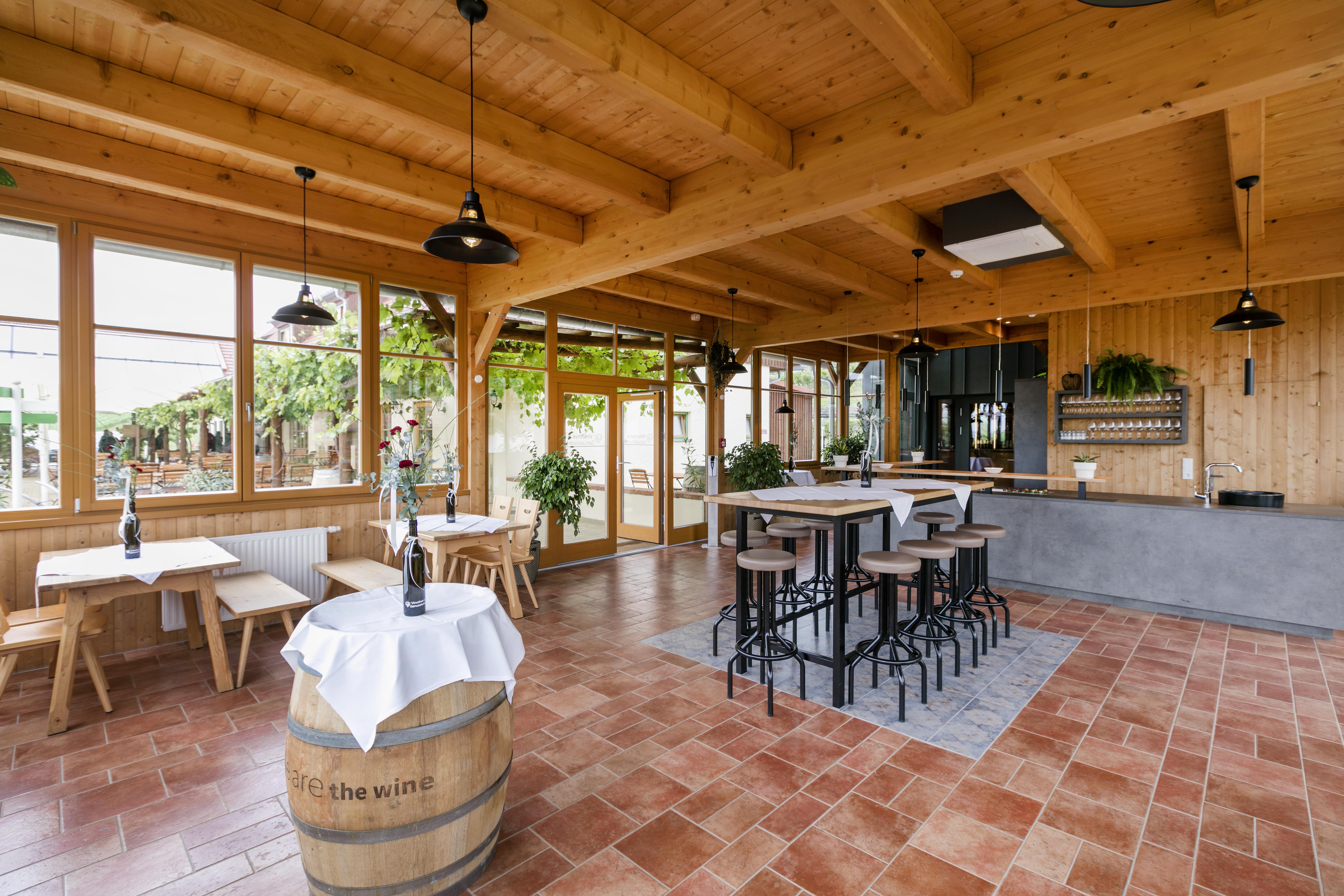 Sie sehen ein Weinfass in der Vinothek im JUFA Hotel Tieschen – Bio-Landerlebnis.  Der Ort für kinderfreundlichen und erlebnisreichen Urlaub für die ganze Familie.