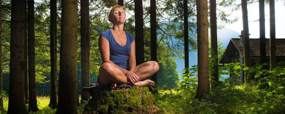 Sie sehen eine sich bei Waldness im Almtal entspannende Frau. JUFA Hotels bietet Ihnen den Ort für erlebnisreichen Natururlaub für die ganze Familie.