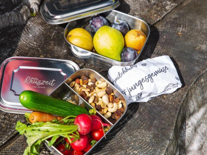 Sie sehen eine Rauszeit Wanderjause mit Gemüse, Nüssen und Obst. JUFA Hotels bietet erholsamen Familienurlaub und einen unvergesslichen Winterurlaub.