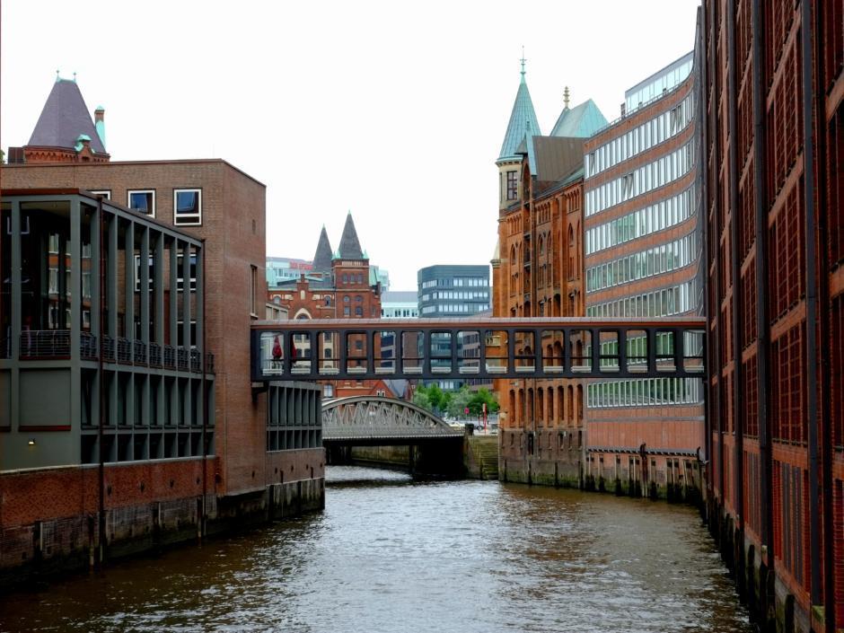 Die Hansestadt Hamburg an einem Wochenende vom Wasser ausentdecken. Die Speicherstadt ist in unmittelbarer Nähe des JUFA Hotel Hamburg HafenCity, welches ideal für einen Wochenende in Hamburg eignet.