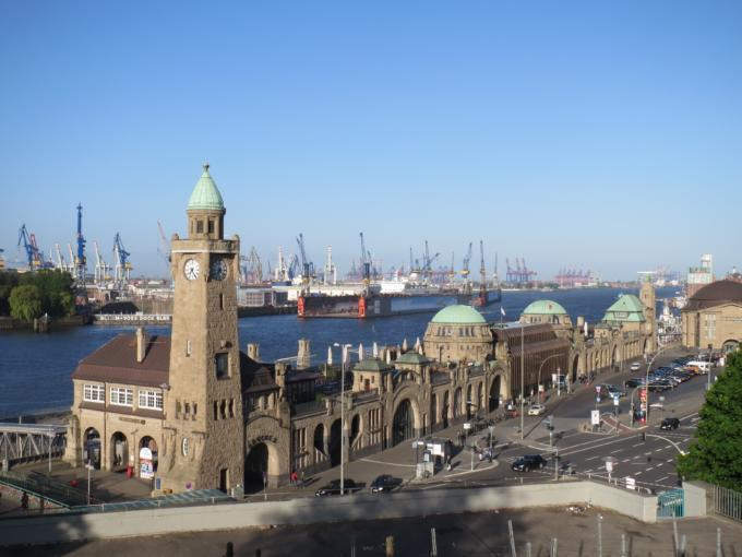 Die Landungsbrücken von St. Pauli sind in unmittelbarer Nähe des JUFA Hotel Hamburg HafenCity, welches sich ideal für ein Wochenende in Hamburg eignet.