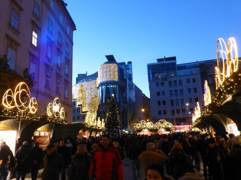 Sie sehen den Weihnachtsmarkt am Stephansplatz in Wien. JUFA Hotels bietet erholsamen Familienurlaub und einen unvergesslichen Winterurlaub.