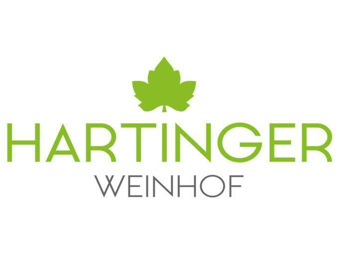 Sie sehen das Logo des Weinhof Hartinger in Unterlamm. JUFA Hotels bietet kinderfreundlichen und erlebnisreichen Urlaub für die ganze Familie.