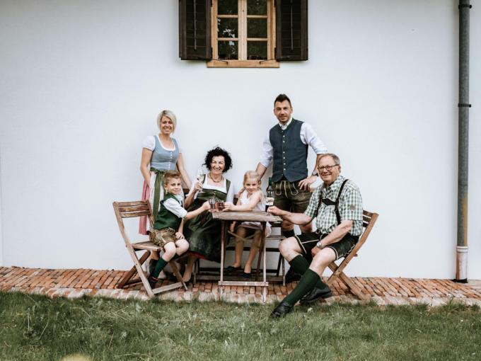 Sie sehen die Betreiberfamilie von Weinbau Hutterer in Fürstenfeld. JUFA Hotels bietet kinderfreundlichen und erlebnisreichen Urlaub für die ganze Familie.