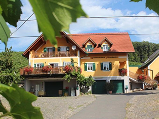 Sie sehen eine Ansicht des Weingutes und der Buschenschank Altenbacher in Tieschen, von der das JUFA Hotel Tieschen – Bio-Landerlebnis*** beliefert wird. JUFA Hotels bietet kinderfreundlichen und erlebnisreichen Urlaub für die ganze Familie.