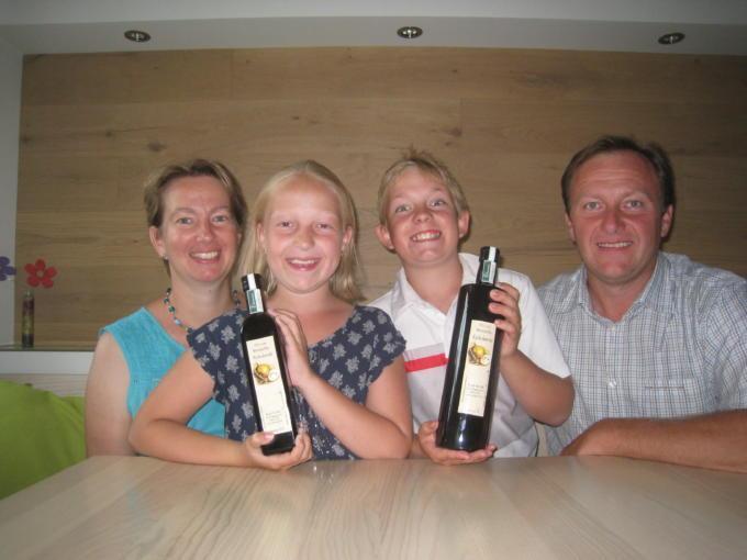 Sie sehen die Familie Raith vom Weingut Raith in Nappersdorf, das das JUFA Hotel Annaberg – Bergerlebnis-Resort***s beliefert. JUFA Hotels bietet kinderfreundlichen und erlebnisreichen Urlaub für die ganze Familie.