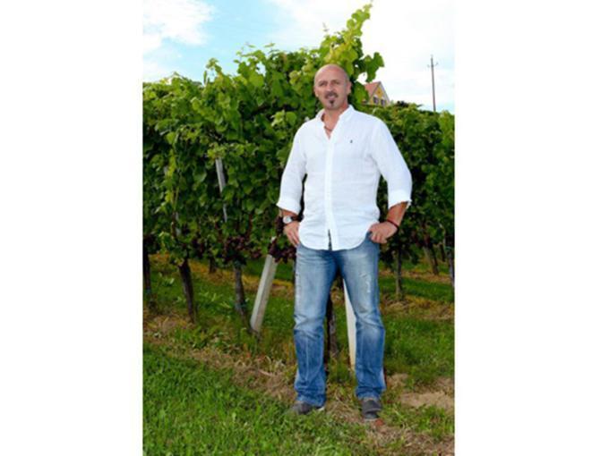 Sie sehen einen Weinbauern vom Weingut Heinreich in Großwilfersdorf. JUFA Hotels bietet kinderfreundlichen und erlebnisreichen Urlaub für die ganze Familie.