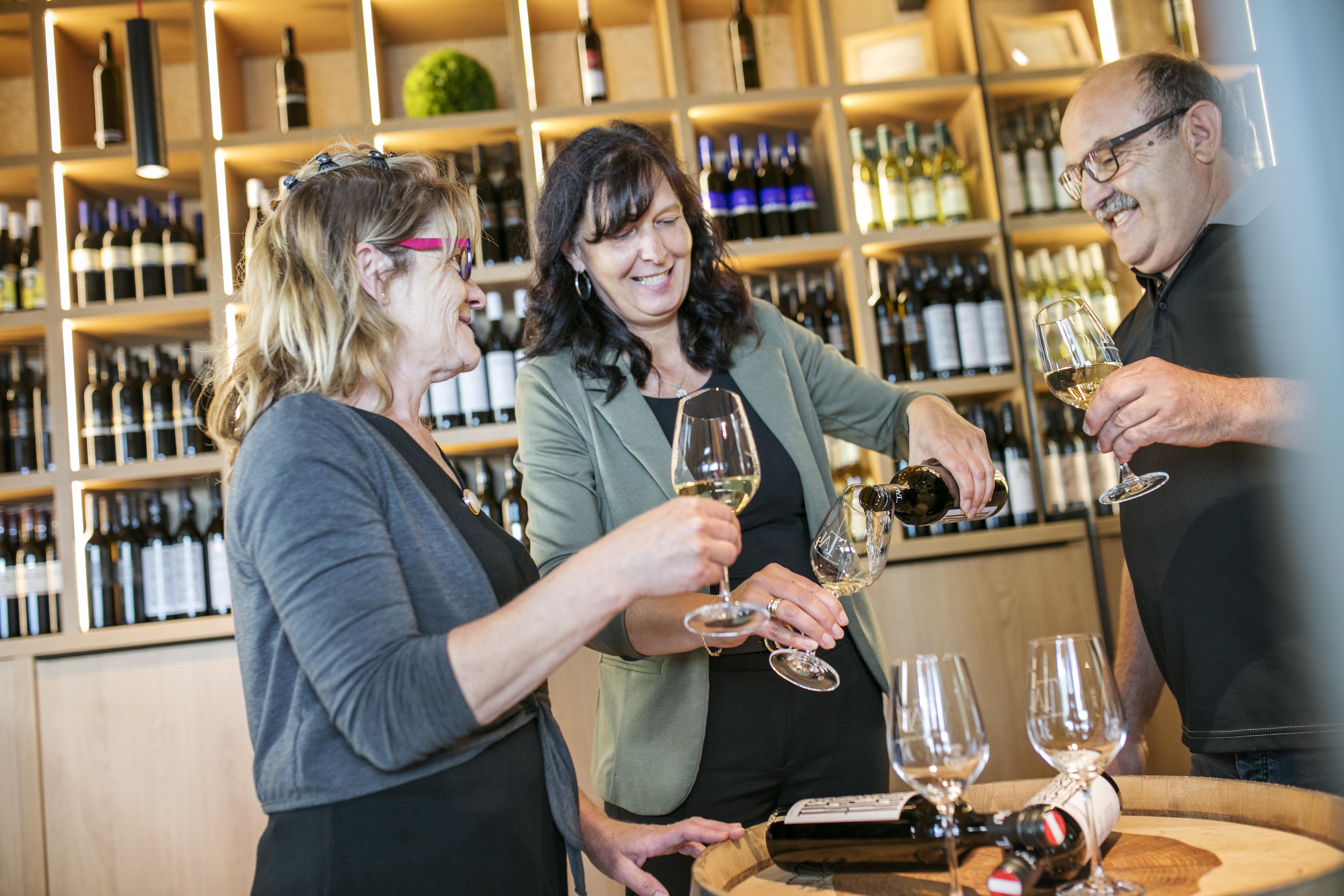 Sie sehen eine Runde von Menschen bei einer Weinverkostung im JUFA Hotel Tieschen – Bio-Landerlebnis. Der Ort für kinderfreundlichen und erlebnisreichen Urlaub für die ganze Familie.