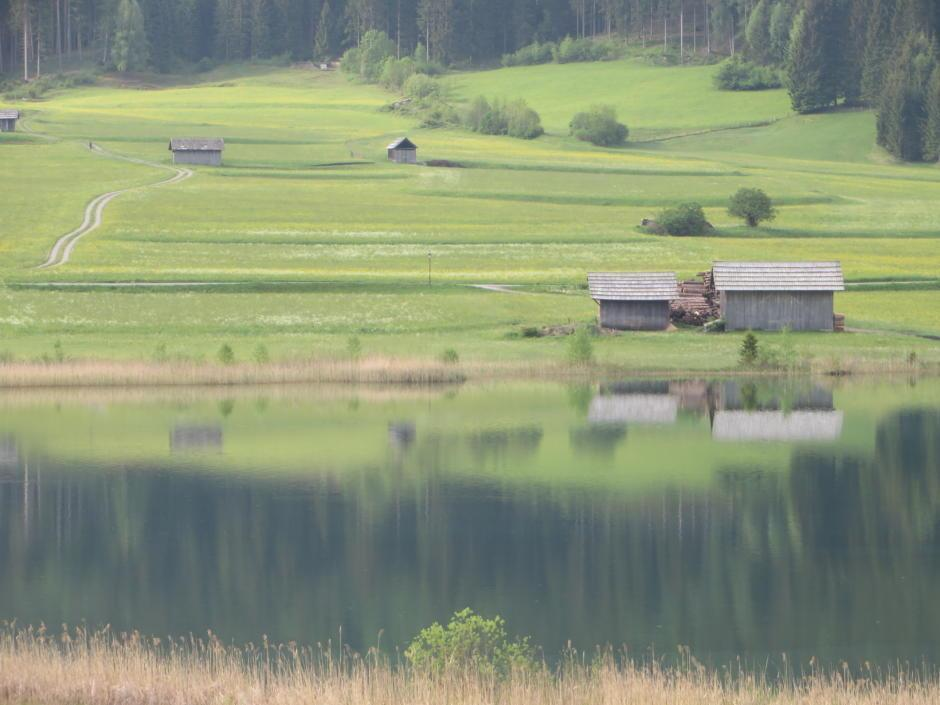 Sie sehen den Weissensee in Kärnten inmitten wunderschöner Landschaft. JUFA Hotels bietet tollen Sommerurlaub an schönen Seen für die ganze Familie.