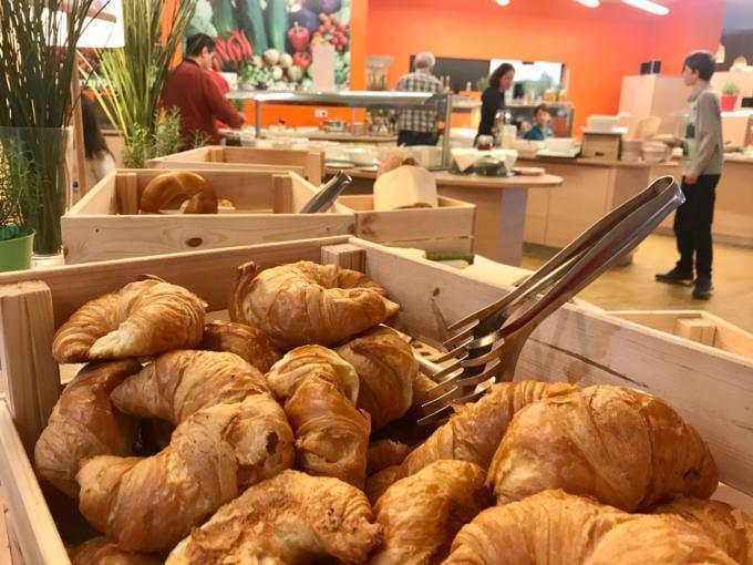 Sie sehen die Wiener Kipferl genannten Croissants am Frühstücksbuffet im JUFA Hotel Wien City***. Der Ort für erlebnisreichen Städteurlaub für die ganze Familie.
