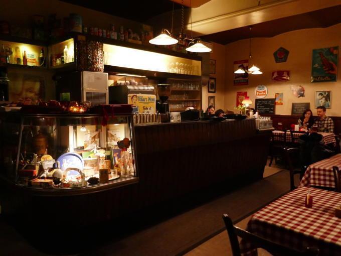 Sie sehen ein Wiener Wirtshaus mit einer Bar am Abend. JUFA Hotels bietet erlebnisreichen Städtetrip für die ganze Familie und den idealen Platz für Ihr Seminar.