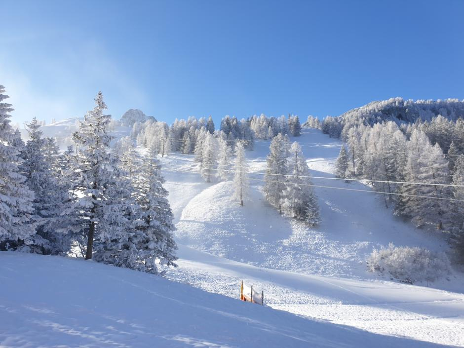 Sie sehen die Winterlandschaft rund um das JUFA Hotel Malbun bei Schnee. JUFA Hotels bietet erholsamen Familienurlaub und einen unvergesslichen Winterurlaub.