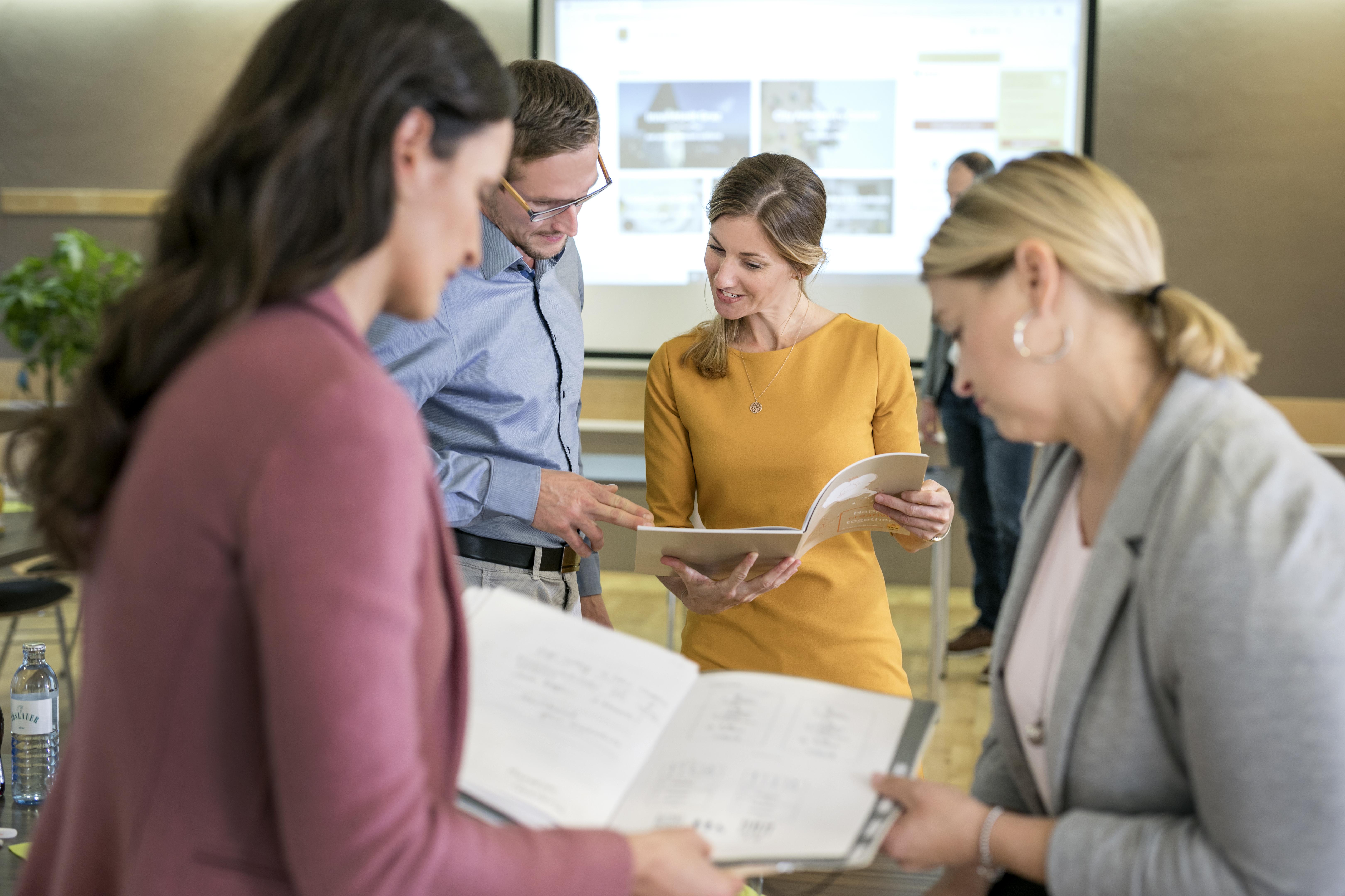 Sie sehen Workshop-Teilnehmer in einem Gespräch im JUFA Hotel Graz City***. Der Ort für erfolgreiche und kreative Seminare in abwechslungsreichen Regionen.