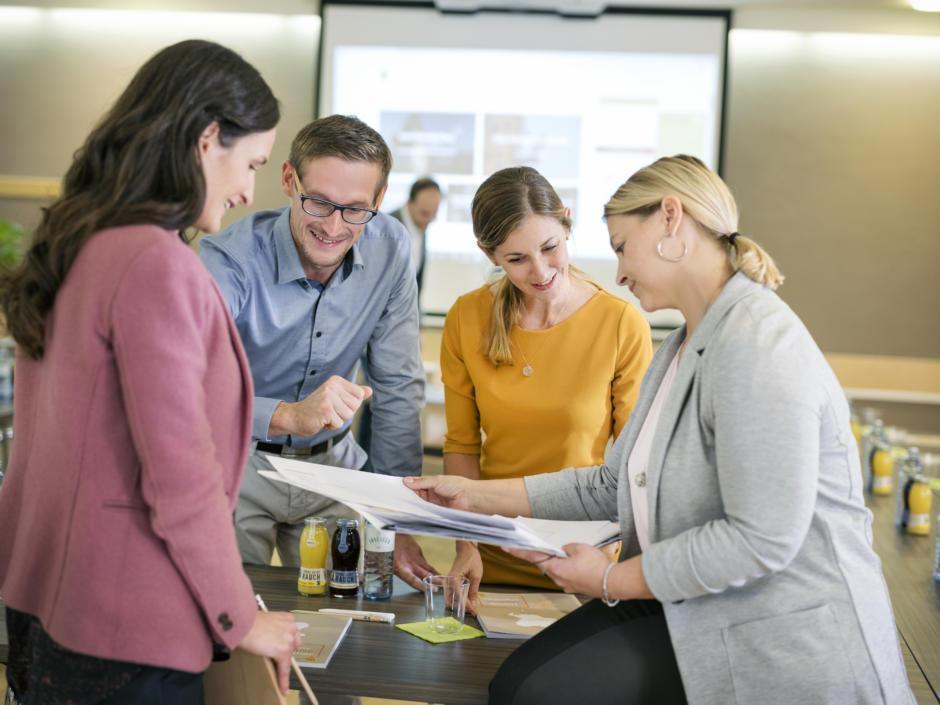 Sie sehen eine Gruppe Workshop-Teilnehmer in Besprechung im JUFA Hotel Graz City***. Der Ort für erfolgreiche und kreative Seminare in abwechslungsreichen Regionen.