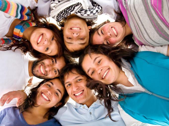 Glückliche Teens bilden eine Gruppe und umarmen sich. JUFA Hotels bietet starkes und kreatives Teambuildung in abwechslungsreichen Regionen.