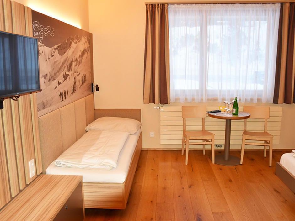 Sie sehen ein Zusatzbett im Familienzimmer im JUFA Hotel Malbun – Alpin-Resort***. Der Ort für erholsamen Familienurlaub und einen unvergesslichen Winterurlaub.